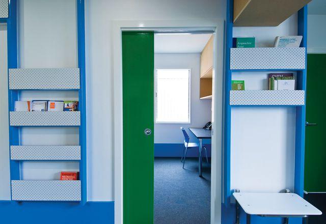 明亮的蓝色和绿色与白色和原始的中密度纤维板形成一种乐观的基调。