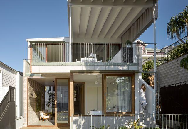 新亭子增加到一个有百年历史的小屋,容纳了私人、社交和服务空间,超过四层阶梯。