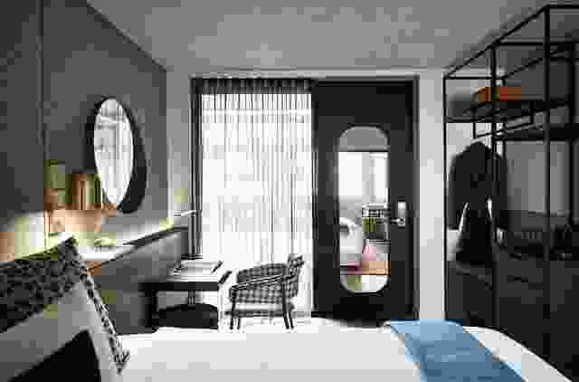 每个房间都经过深思熟虑的分层设计,配有标志性的家具、定制设计的细木工、高级配件和固定装置。