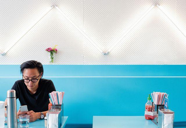 荧光灯以斜纹板的锯齿形图案排列。