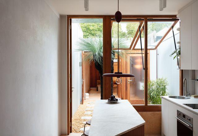 与典型的联排别墅不同,该设计使空间可以打开或关闭。