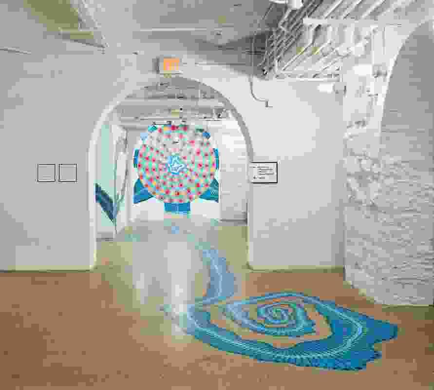 建筑充满了创新的当代艺术作品,包括莫林·沃尔什(Maureen Walsh, 2019)的彩色通道。