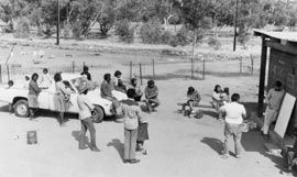 Housing management meeting of tenants in a Town Camp, Alice Springs, 1987. Photograph James Ricketson.