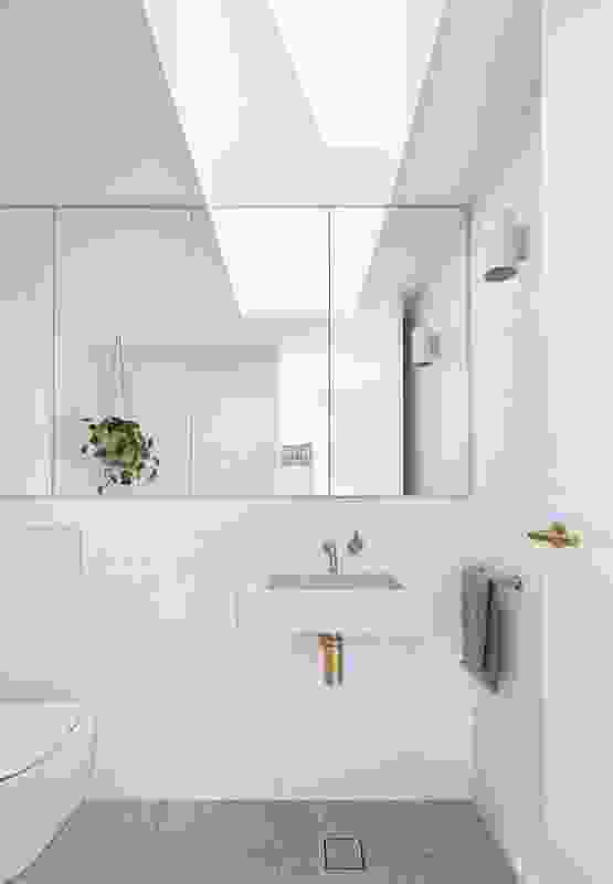 浴室的可操作天窗提供了光线、通风和视觉乐趣。
