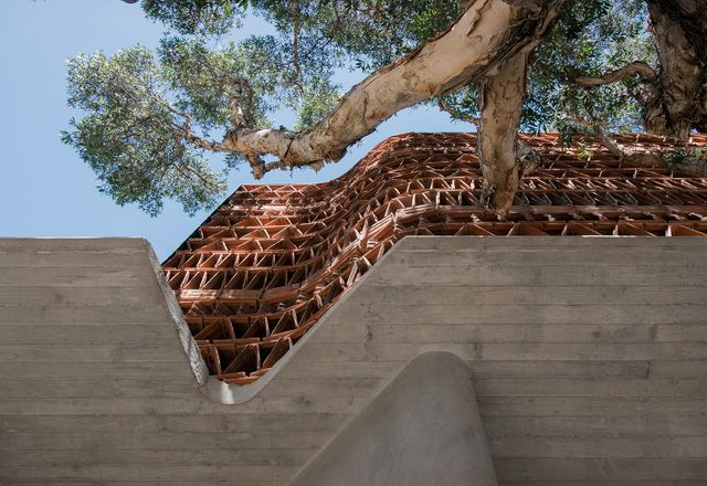 Beehive位于悉尼萨里山的一座联排房屋和一座工业砖仓库之间,在建筑工作室的设计中探索了可回收的赤陶瓦的使用,赤陶瓦是郊区经常被忽视的象征。
