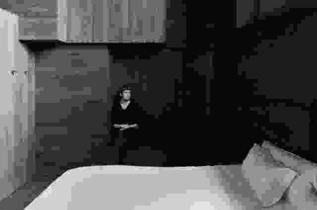 安东尼·戈姆利(Antony Gormley)的《房间》(Room)的整个内部都覆盖着深色的橡木。