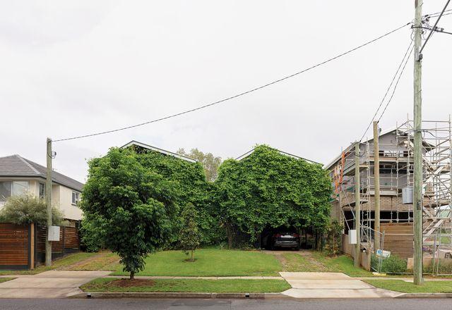"""在Twin Houses的临街立面设计中,John Ellway想要抵消主导该地区的""""远洋轮船""""立面。"""