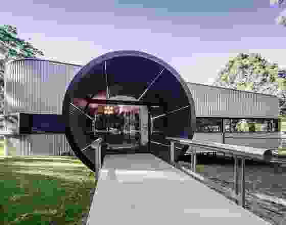 在突出的入口圆柱体上涂上马特黑色粉末涂层——这是该建筑最具纪念意义的方面——帮助它们从特定的角度消失。