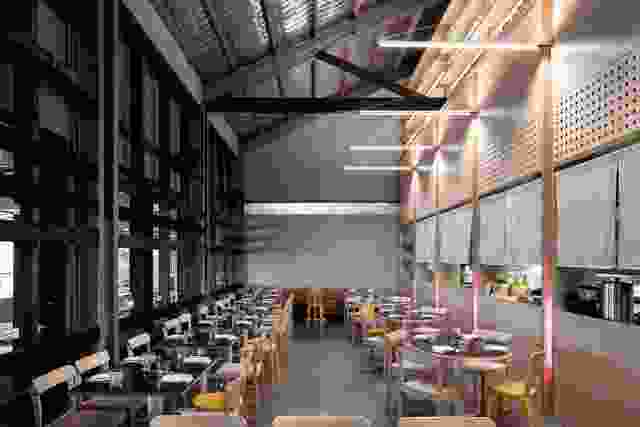 现代用餐区在广阔的体积内设立了遗产码头建筑的乡村形式。