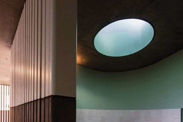 A circular motif runs throughout the project, such as the skylights, which articulate the curvature of the walls and allow zenithal light into the interiors.