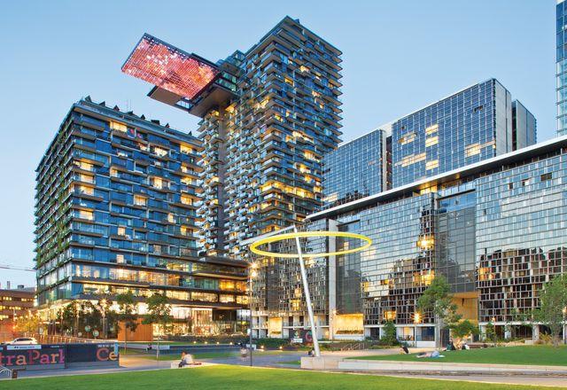 高调的一个中央公园项目采用三十三楼的悬臂式天空花园和镜面安装。艺术品:哈洛·詹妮弗·突厥和迈克莱克桥。