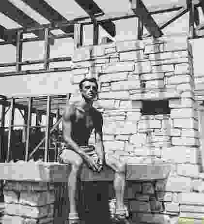 23岁时,德里克口袋里只有100英镑,他在新南威尔士州的迪伊赫买了一个废弃的采石场,开始为自己设计和建造一个家。