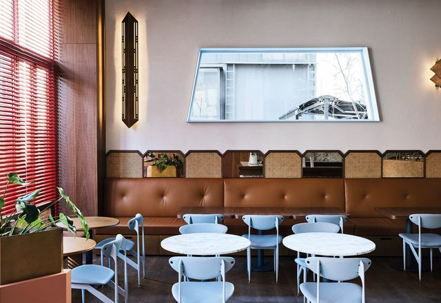 黄铜装饰、奶油色焦糖皮长椅和羽毛景观(Featherston Scape)餐椅的使用,这是澳大利亚中世纪的经典,暗示着20世纪50年代的意大利空间。