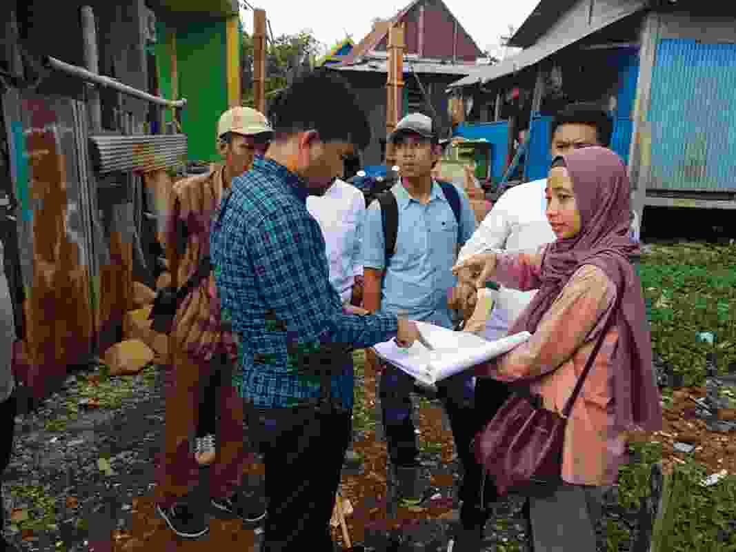 Makassar architect Nur Intan Putri briefing building contractors.