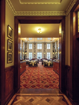 A dark, oak and maple-clad anteroom leads to the sunlight-bathed dining hall, where the rich timbers are continued to window-height.