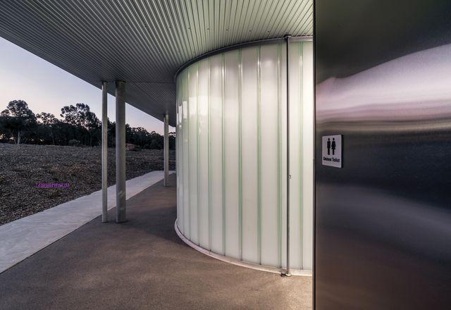 由Kerstin Thompson建筑事务所设计的维多利亚地区Jock Comini储备设施(2019),在优先考虑安全的同时,满足了多元文化和性别偏好。