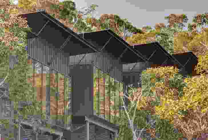 Architect Andrew Burns has drawn on the lineage of walking lodges designed by Ken Latona. Profiled metal roofs supported by exposed outriggers reference Latona's design for the Bay of Fires building.