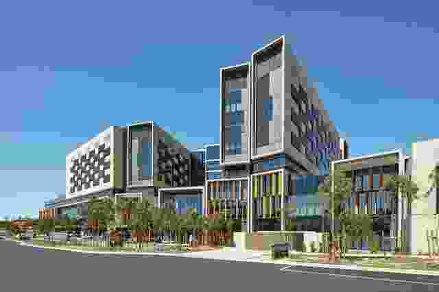 医院的立面采用了高而窄的形式,这些形式受到了露台住宅的启发。