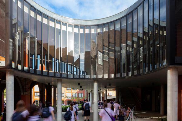 """在入口内,一个新的""""脊柱""""通过现有的建筑吸引学生和游客,并将一系列不相连的空间统一起来。"""