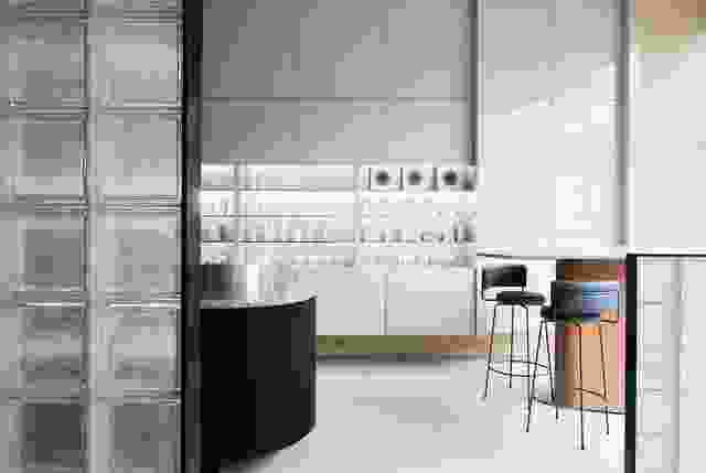 用于混合的高桌子故意位于前窗,在租赁的街道存在中起着不可或缺的作用。