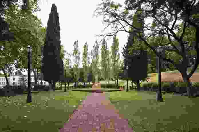 The rectangular garden has a sculpture at its centre.