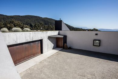 A green roof over the garage completes the dramatic impression of the entry courtyard.
