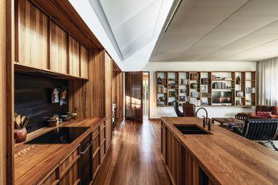 主要的生活空间由一个全宽的、倾斜的天窗照明,其材料颜色丰富,感官丰富。