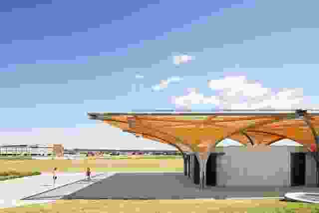 运动场作为规划的马斯登公园郊区的城镇中心,设施建筑为运动和其他社区活动提供了广阔的空间。