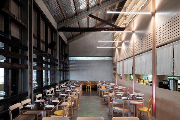 现代餐饮区设置在一个广阔的体量内,与传统码头建筑的质朴形式相辅相成。