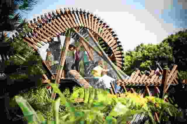 在伊恩波特儿童野生游乐花园,游客们爬着穿过扭曲的木屋。