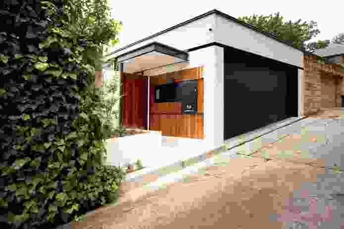 Kirribilli House: White painted bricks frame the house.
