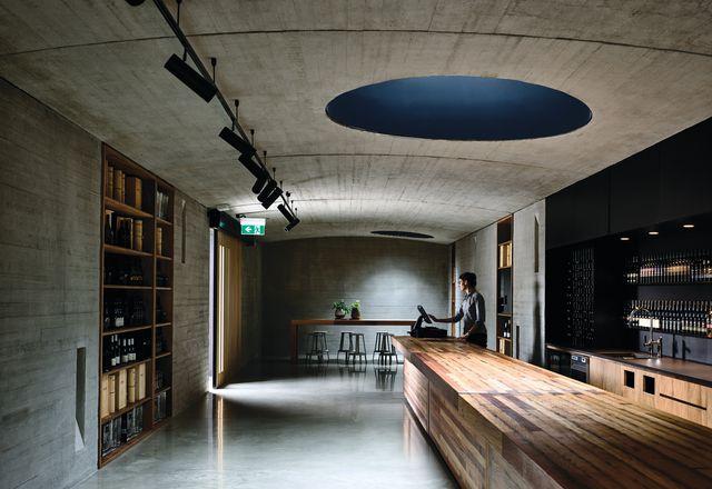 酒窖的门是一个浅拱形的线性空间,平面灵活,可以作为葡萄酒和农产品品尝零售空间、长宴会厅和两者之间的一切。
