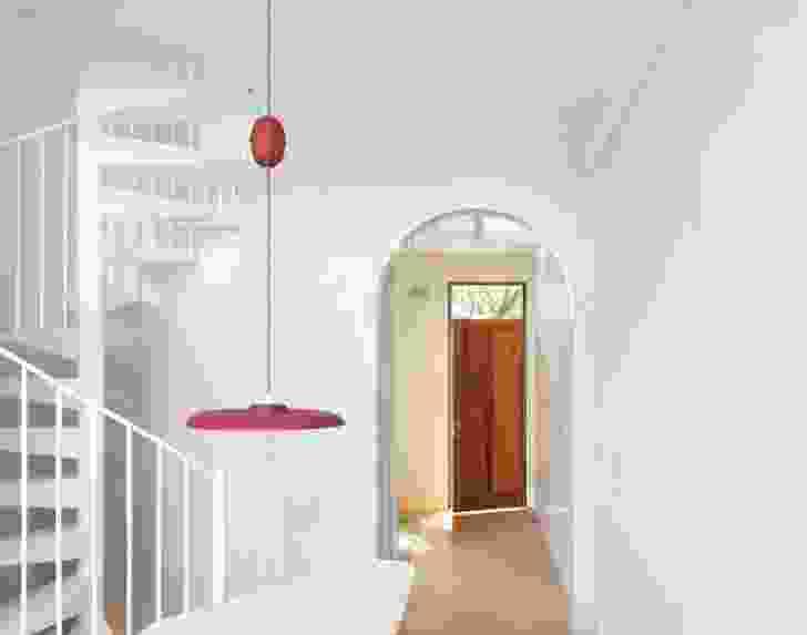 天空视图——包括通过螺旋楼梯上方的眼环——确保室内充满光线。