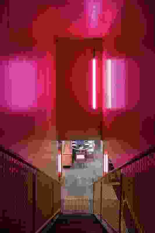 灯光明亮的楼梯吸引着好奇的游客来到楼上的夹层酒吧。