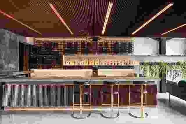 在露天的鸡尾酒吧,木材屏幕上的开销拱腹和酒吧前面,而大理石台面反和黄铜林立的凳子从纽约和迈阿密的影响发言。