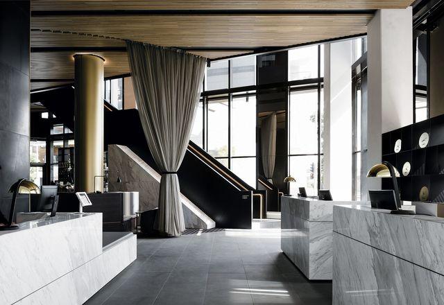 双层高的入口空间内的单块迎宾台和宏伟的楼梯给人以宏伟的第一印象。