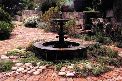 A water fountain and a change in level in the large courtyard.