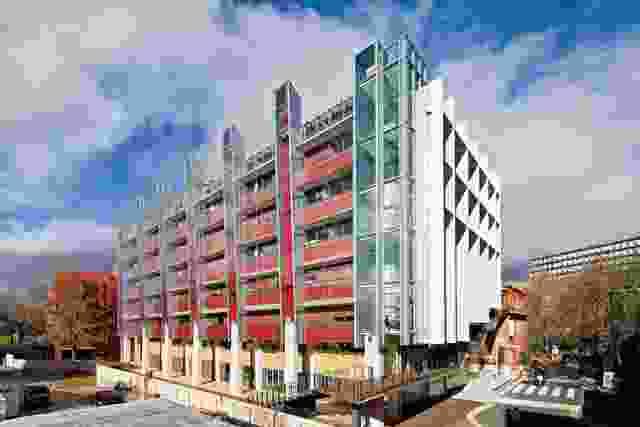 选择外部颜色和材料,使建筑物混合在主要的红砖校园里。