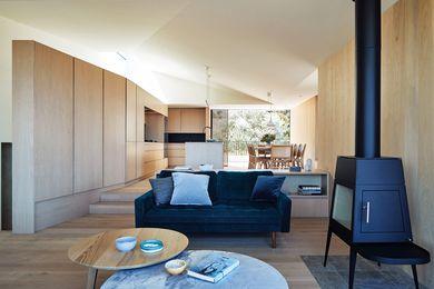 厨房、餐厅和休息室的空间都集中在倾斜的天花板下,天花板上有一个宽敞的天窗。