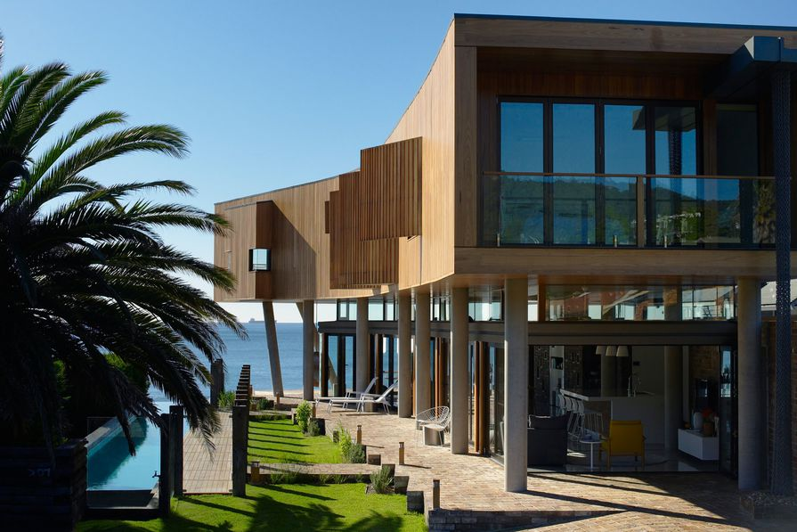 Austinmer Beach House by Alexander Symes Architect in association with g+v architecture.