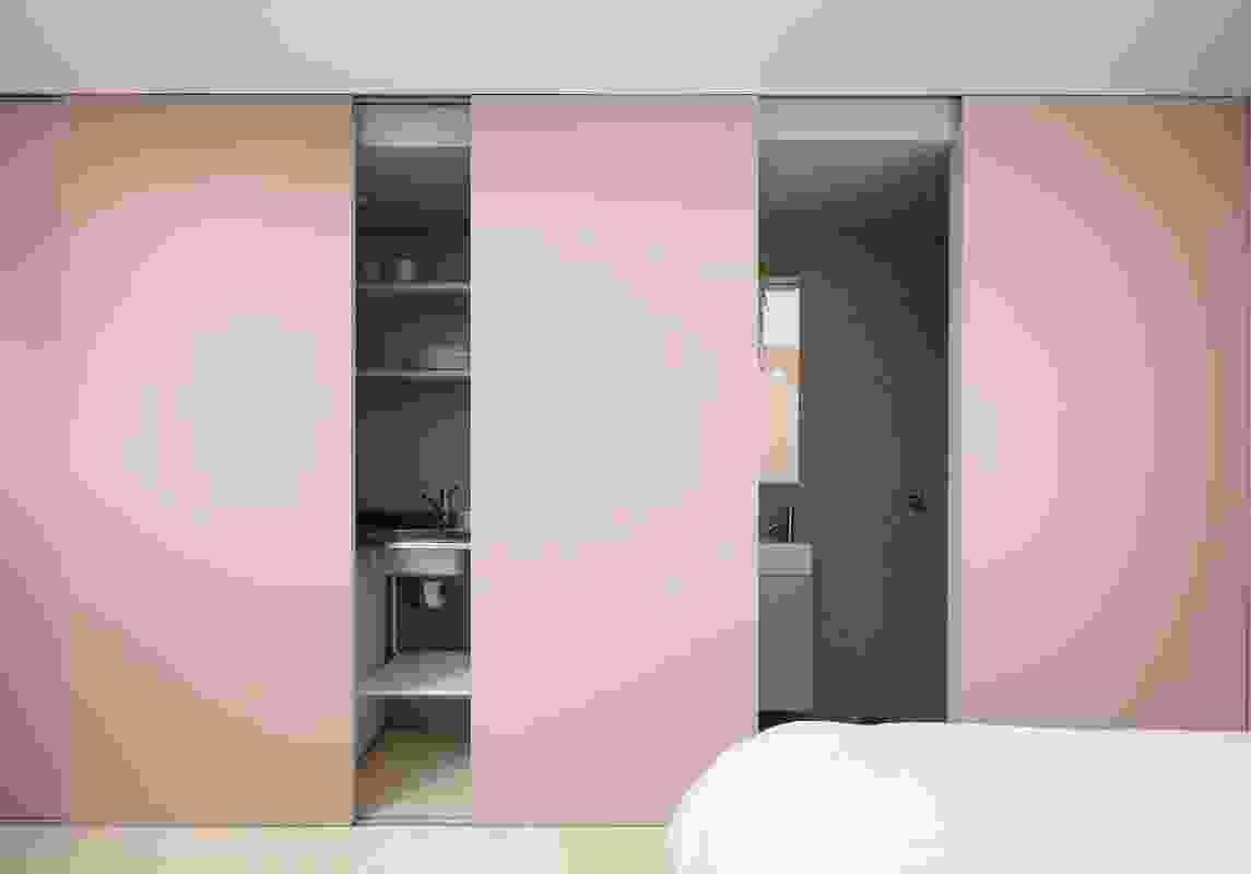 A neutral colour palette and sliding doors maximize spatial volumes.