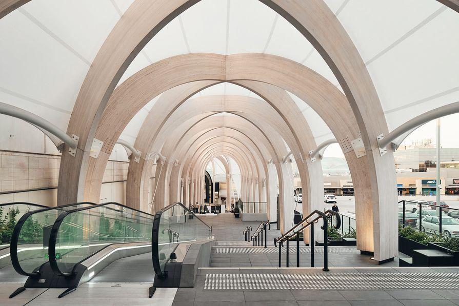 在城市和室内尺度上,链接可以被解读为一个拱廊,这是20世纪早期著名的零售类型。