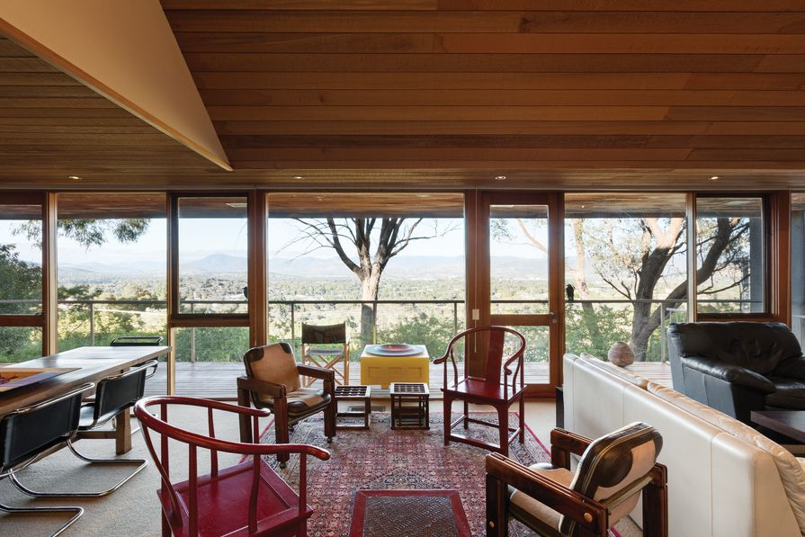 Capturing the spectacular view, floor-to-ceiling windows along the length of the living/ dining space are framed by a narrow balcony and overhanging roof.