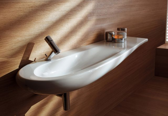 The new Ilbagno Alessi One wave-shaped washbasin by Stefano Giovannoni.