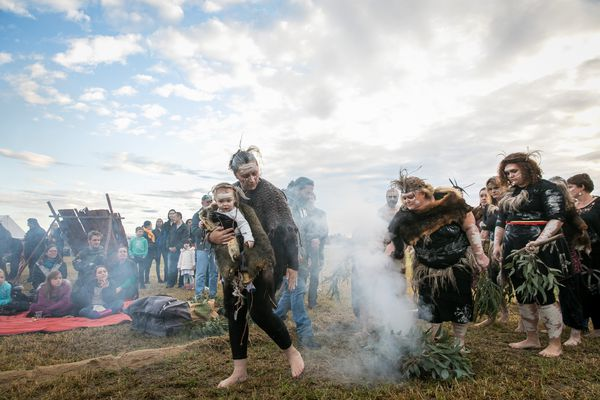 Traditional Darug custodians lead the Welcome to Country and Smoking Ceremony to launch Ngara – Ngurangwa Byallara (Listen, hear, think – The Place Speaks, 2018), Oakhurst New South Wales, co-commissioned by Blacktown Arts on behalf of Blacktown City Council and C3West on behalf of the Museum of Contemporary Art Australia.